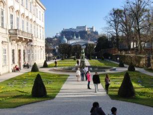 Blick auf die Burg von Salzburg vom Schlossgarten Mirabell aus
